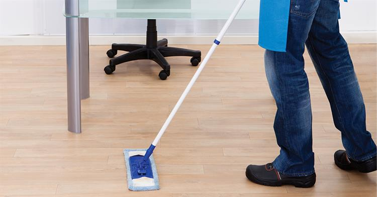 limpiando oficina
